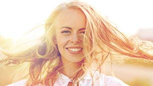 בחורה עם שיער בלונדיני, השיער שלנו, כמו העור, סבל בקיץ לא מעט – הוא נצרב מהשמש, התייבש ממי הים והבריכה ואיבד מחיותו ורעננותו, הוא נחלש ולכן עכשיו הוא נושר בקצב מוגבר.