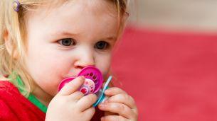 שימוש במוצץ מרגיע את התינוק, מנחם ועוזר להירדם – אבל מגיל מסוים הוא עשוי לפגוע במבנה השיניים ובהתפתחות הדיבור. האיגוד הישראלי לרפואת שיניים לילדים, בשיתוף לייף דנטל, מסבירים איזה מוצץ כדאי לבחור לפעוטות ומתי מומלץ להתחיל בגמילה